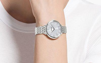 Cómo combinar un reloj plateado